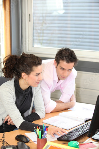 Photo Directeur commercial et assistante au bureau