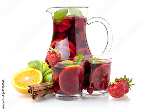 Fotografia Refreshing sangria (punch) and fruits
