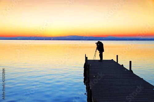Tuinposter Pier fotografiando el paisaje
