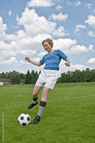 Frauen Fussballerin Schiesst Den Ball Buy This Stock Photo