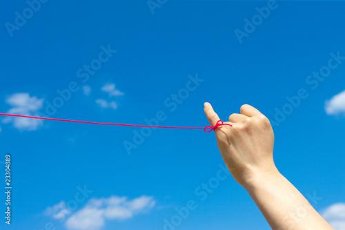 Photo  青空と女性の小指に赤い糸