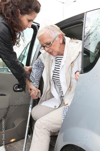 Jeune femme aidant personne âgée Canvas Print