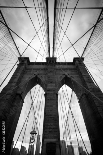 Foto op Aluminium Brooklyn Bridge Black and white upward view of Brooklyn Bridge