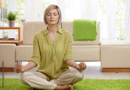 Stampa su Tela Woman doing yoga meditation at home