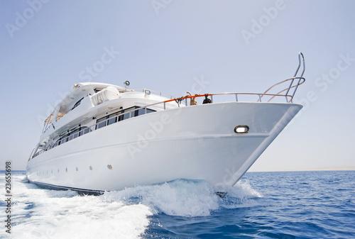 Duży jacht motorowy w toku na morzu