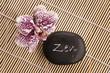 Mot zen sur un galet noir et orchidée