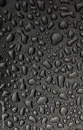 krople-wody-na-powierzchni-metalu