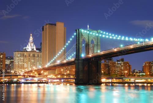 most-brooklynski-oswietlony-most-noca-nad-ciesnina-east-river