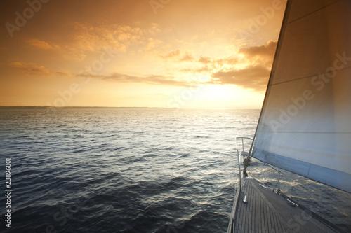 zeglarstwo-w-sloneczny-dzien-na-otwartym-morzu