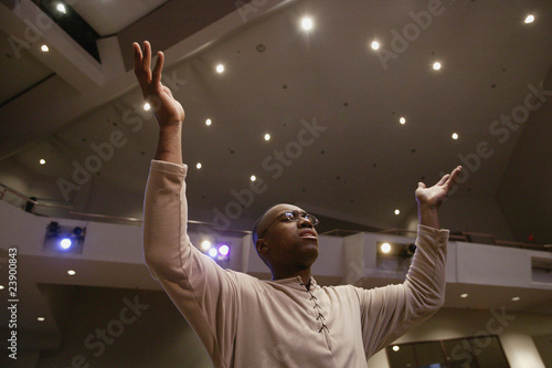Fotografía Man Worshipping In Church
