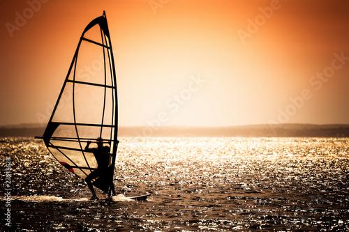 sylwetka-windsurfingu-na-tle-zachodu-slonca