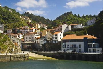 Fototapeta na wymiar Pueblo costero en Asturias