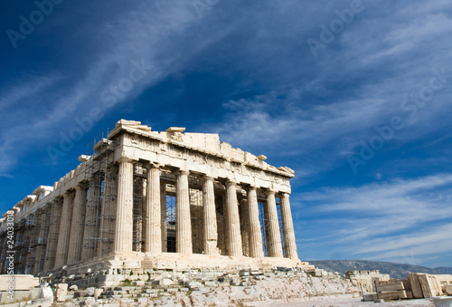 Photo Stands Athens Ancient Parthenon in Acropolis Athens Greece on blue sky backgro