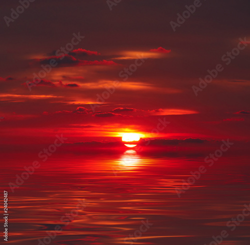 Photo sur Toile Rouge mauve Sunset over water
