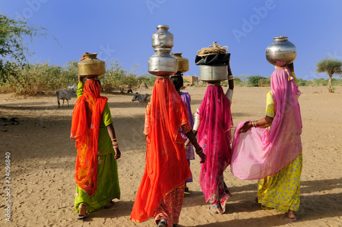 Foto op Plexiglas India Ethnic women going for the water in well on the desert