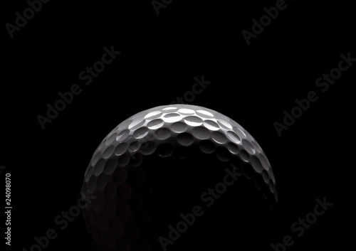 Photographie golf ball on black