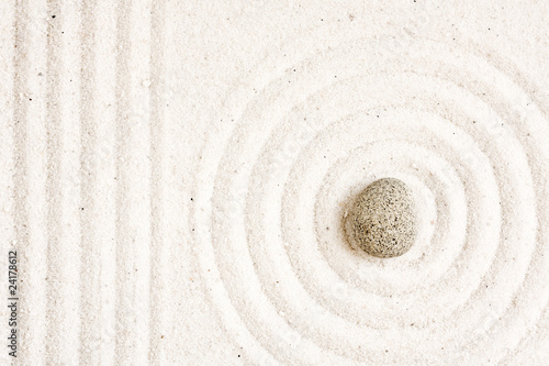Montage in der Fensternische Zen-Steine in den Sand Zen garden