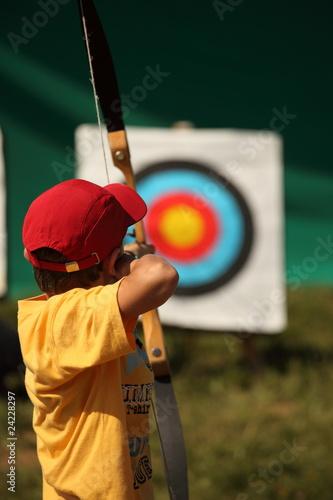 enfant qui fait du tir à l'arc Poster Mural XXL