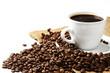 kaffeebohnen vor kaffeetasse und jutesack