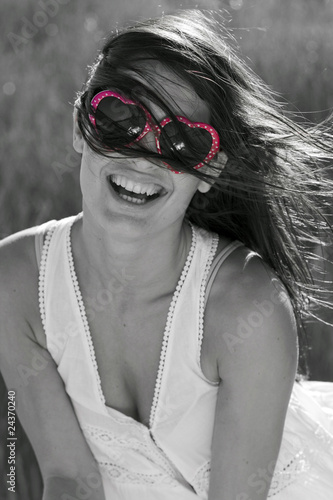Poster Rouge, noir, blanc Portrait of cute young woman with sunglasses
