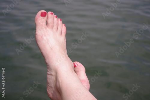 Fotografie, Obraz  Stopy na tle wody