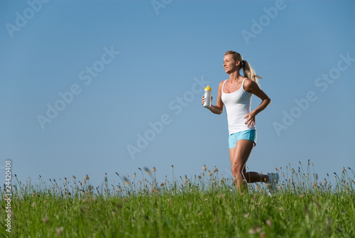 Poster Jogging junge frau beim laufen im freien