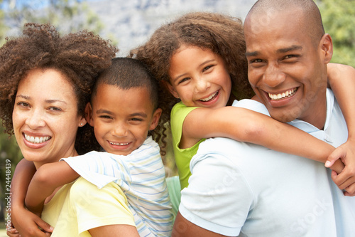Photo  Portrait of Happy Family In Park
