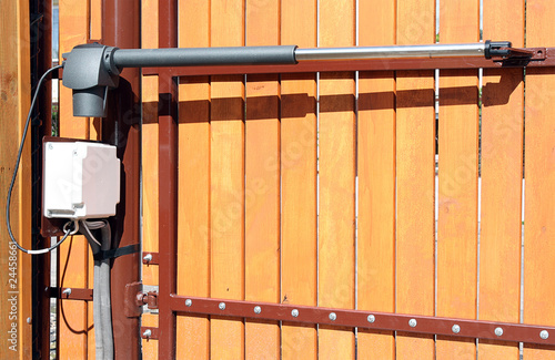 Carta da parati The device for automatic opening/closing a gate