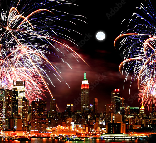 Montage in der Fensternische Vollmond The New York City skyline and fireworks