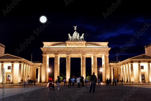 Poster Volle maan BRANDENBURG GATE at night in Berlin