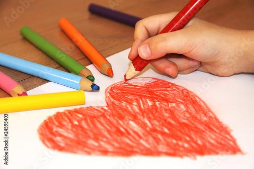 Serce, dziecko i kolorowe kredki