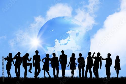 群衆と地球儀