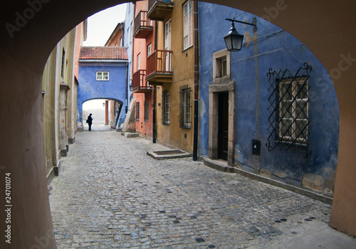 Fototapeten Schmale Gasse Archway at tenement house at Warsaw's old town.