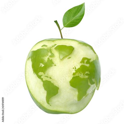zielone-jablko-z-mapy-swiata-odizolowane-z-wycinek