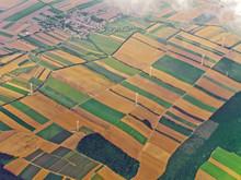 Luftaufnahme Von Ackerland Mit Windmühlen