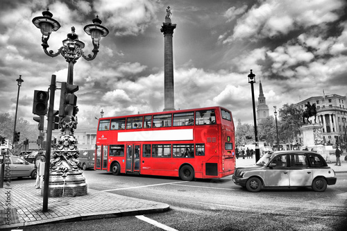 Poster Red, black, white traffic à londres