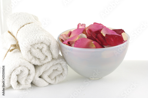Spoed Fotobehang Spa Bowl of Roses petals and towel in a spa