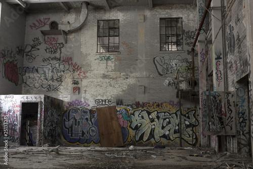 Autocollant pour porte Les vieux bâtiments abandonnés Urban Decay: graffiti in an abandoned factory building