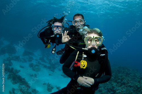 Fotobehang Duiken three scuba divers