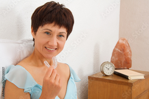 Photo dispositivo ortodontico apnea notturna donna adulta