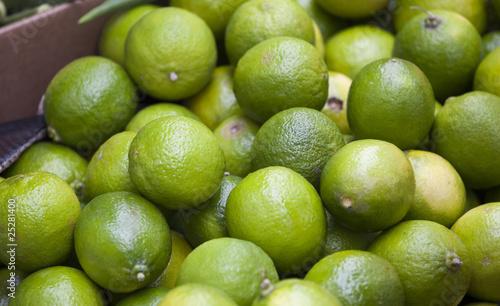 Świeże limonki na targu