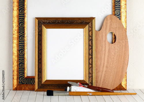 Fotografía Picture gold frame with a palette and paintbrushes