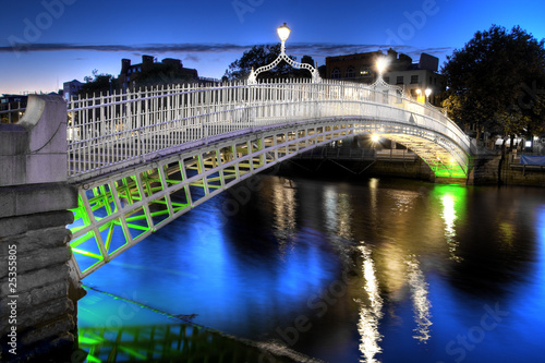 Photo  The ha'penny bridge in Dublin, Ireland, at night