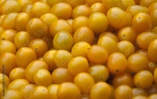 Żółte pomidory na targu