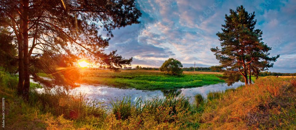 Lato panorama z rzeką i sosną na zmierzchu
