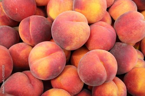 Peaches in a pile at a farmer's market