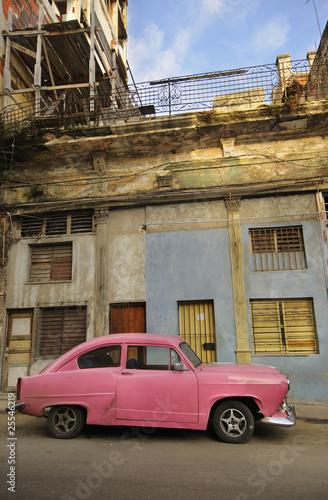 Deurstickers Cubaanse oldtimers Old havana facade and vintage car
