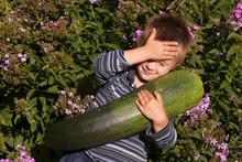 Junge Mit Riesen-Zucchini