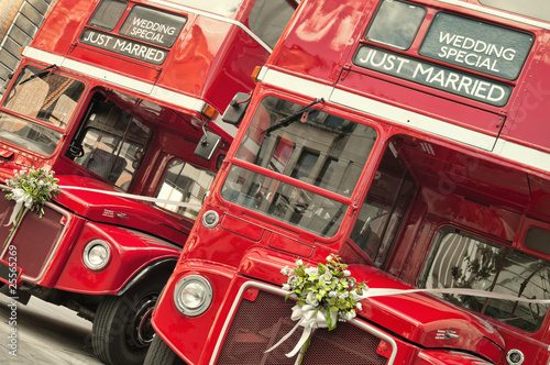 In de dag Londen rode bus Double Decker buses with just married sign in London.