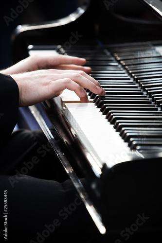Obrazy Muzyka Polska man-playing-piano